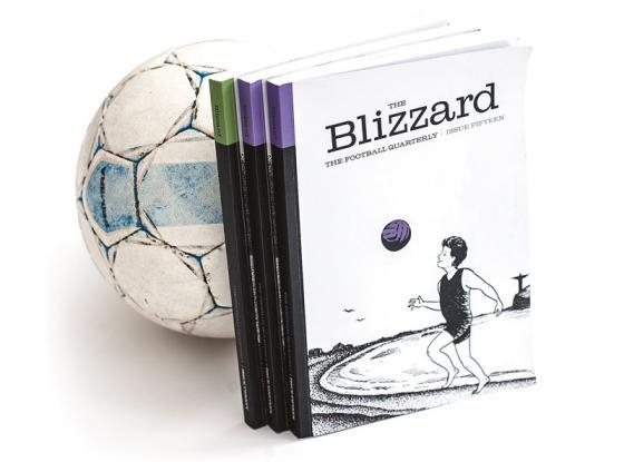 Jalkapallo ja Blizzard-lehtiä