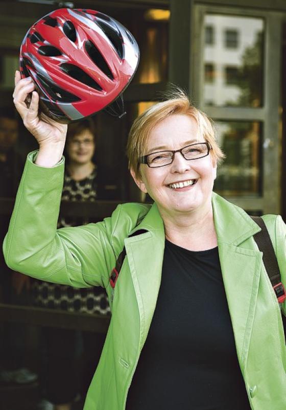 Irene Roivainen ja kypärä.