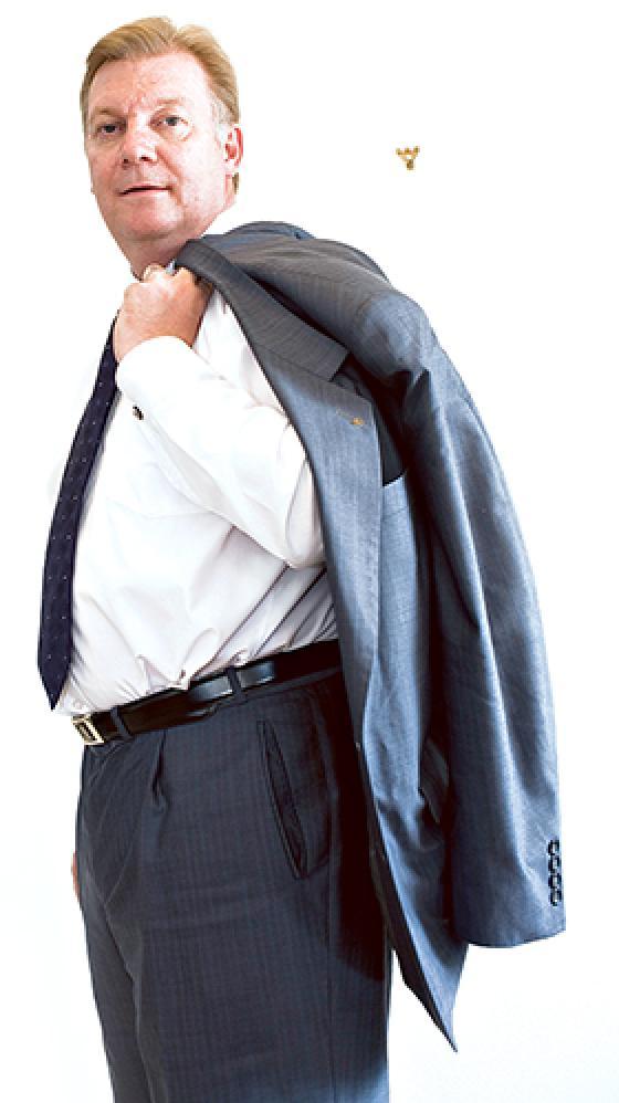 Anders Blom takki olalle heitettynä.