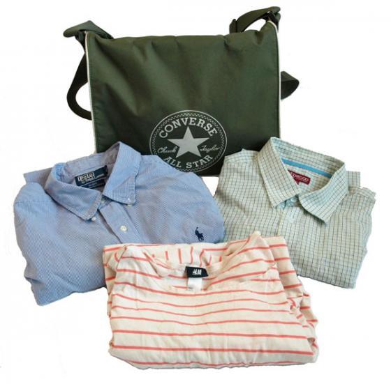 Vaatteita ja laukku.