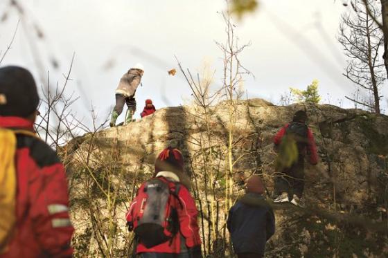 Lapset kalliolla.