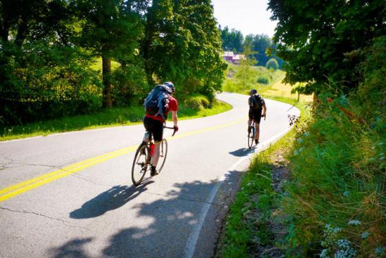 Polkupyöräilijät tien päällä