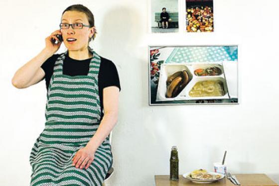 Saara Törmä puhuu puhelimessa, eikä ehdi syödä kokkaamiaan spelttitortilloita.