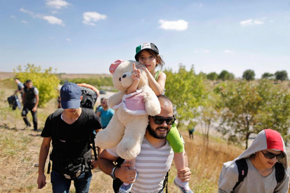 Syyrialaisperhe vaeltaa Turkissa kohti Kreikkaa