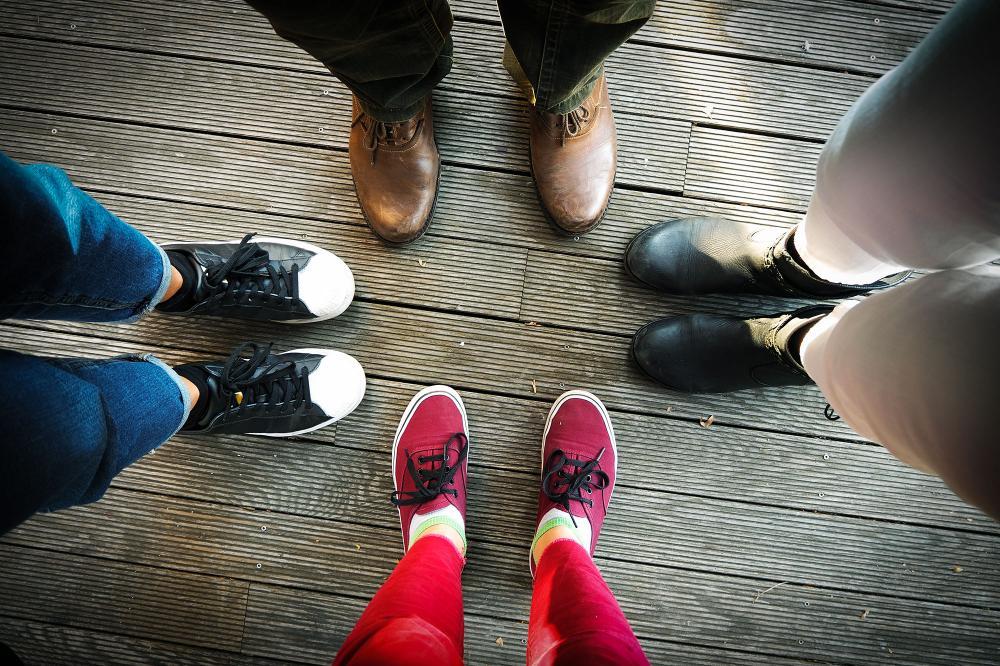 Kuvituskuvassa ihmisten jalkoja