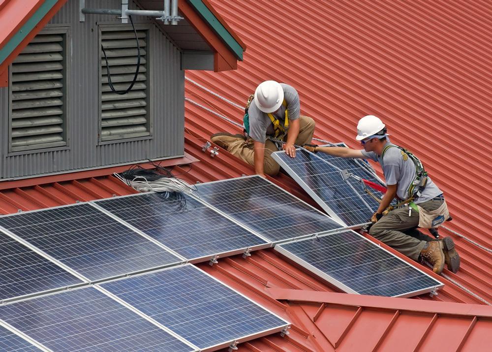 Aurinkopaneelien asennusta