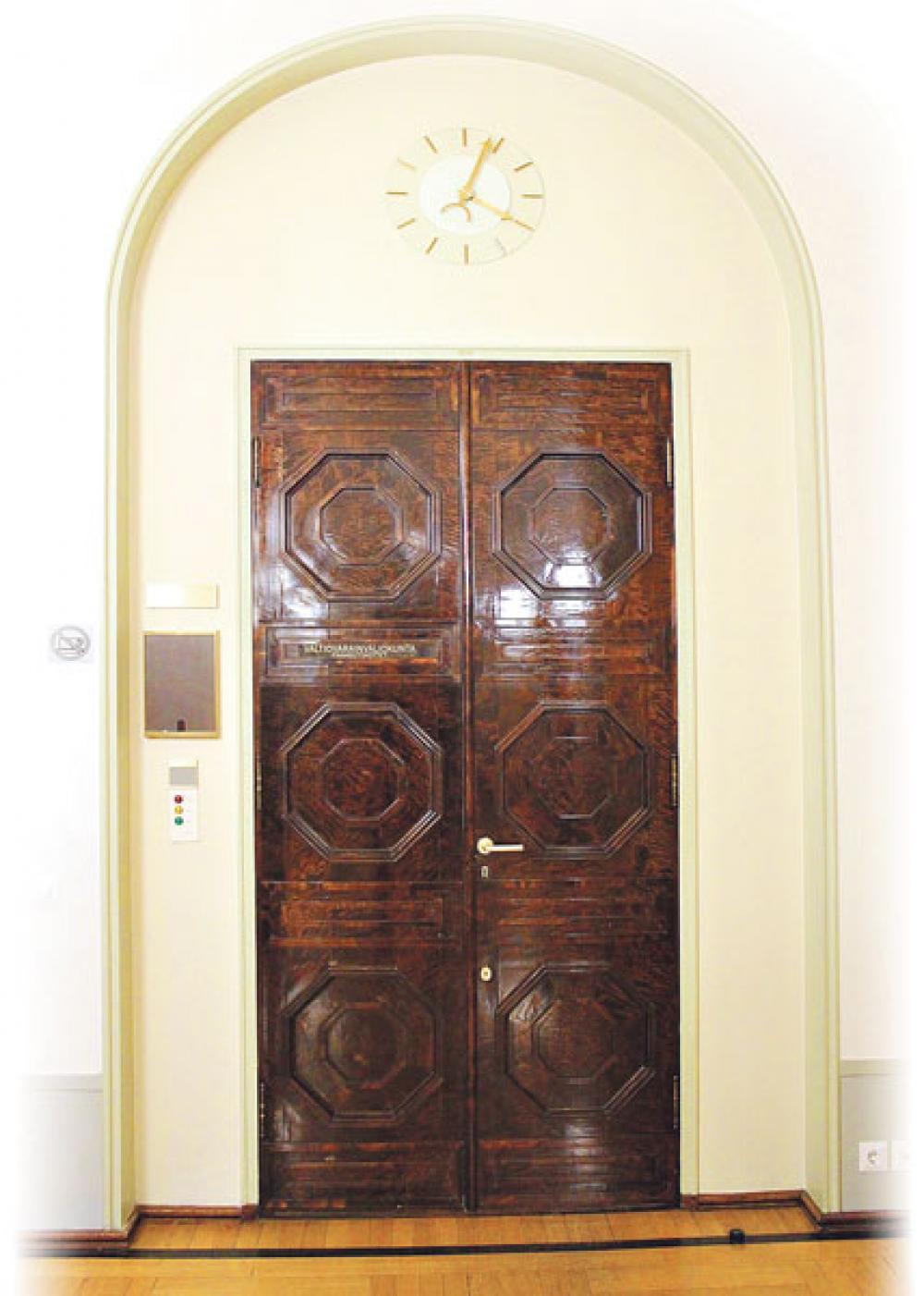 Valtiovarainvaliokunnan ovi.