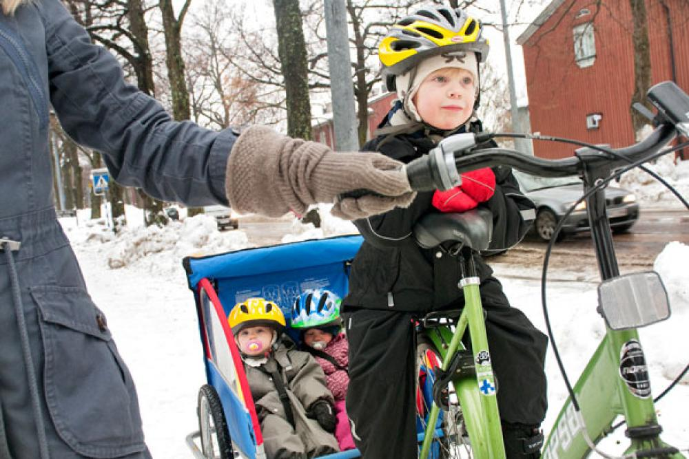 Lapset pyörän kyydissä.