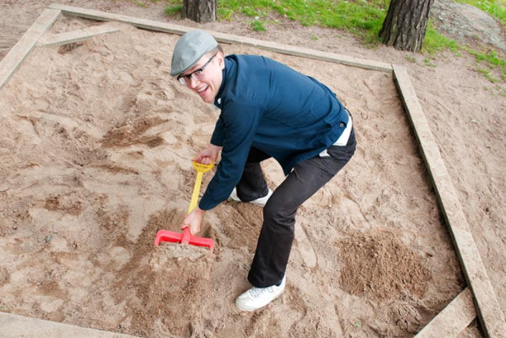 Jussi Karmala hiekkalaatikolla.