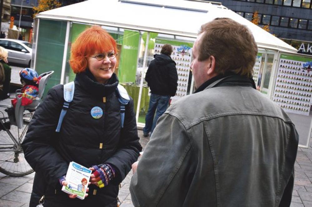 Hannele Luukkainen vaalityössä.