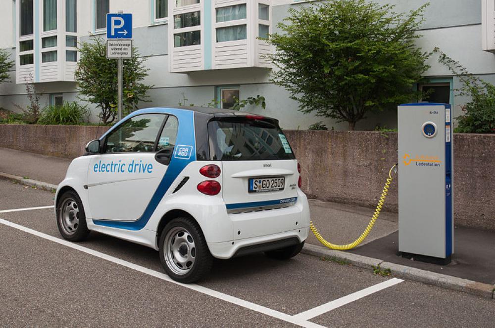 Sähköauto latauksessa Saksassa.