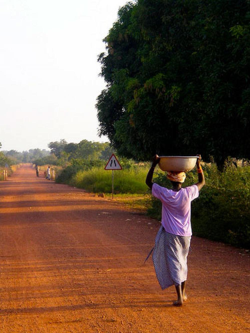 Nainen kantaa vettä Afrikassa.