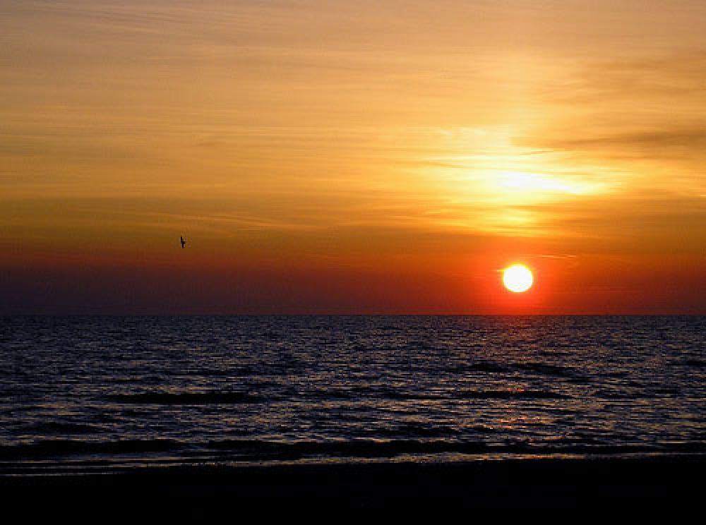 Auringonlasku Latviassa Itämeren rannalla.