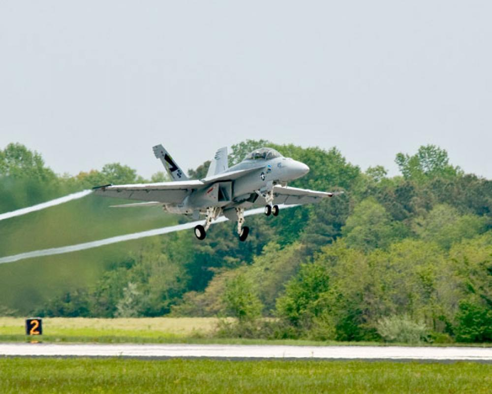 F/A-18 Super Hornet lentää biopolttoaineen voimin.