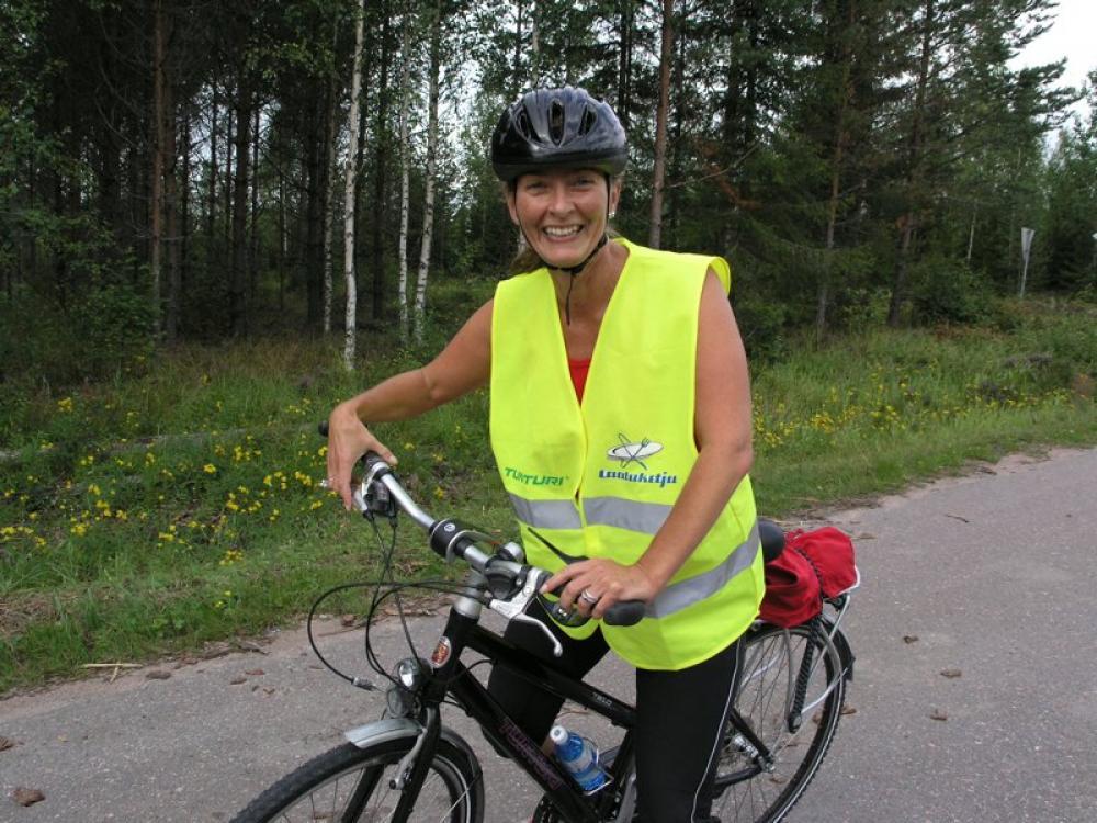 Heli Järvinen pyöräilee.