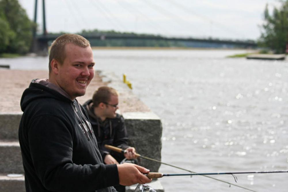 Kalastajia Vanhankaupunginlahdella.