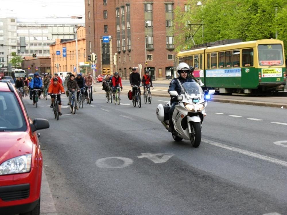 Pyöräilijöitä Hämeentiellä.