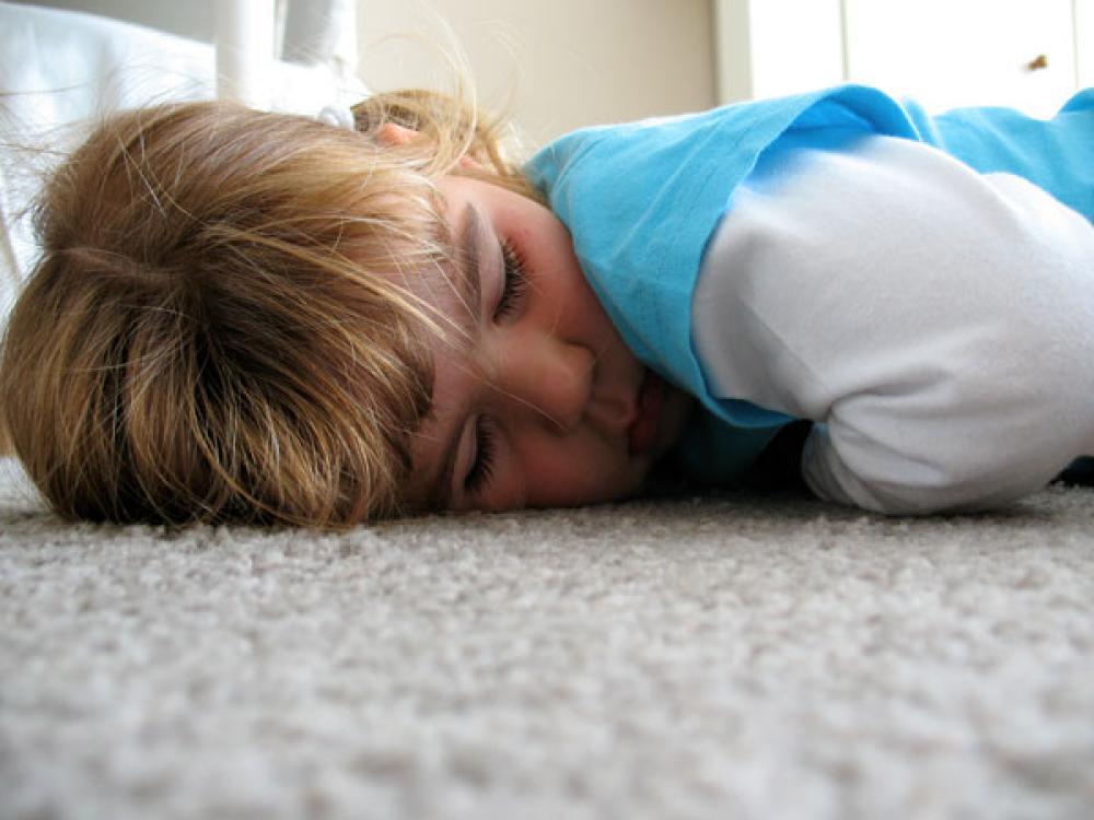 Lapsi lattialla.