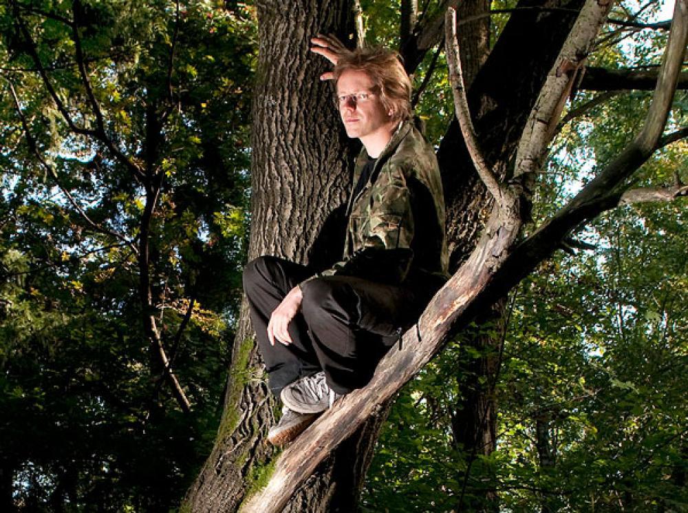 Matti Liimatainen puussa.
