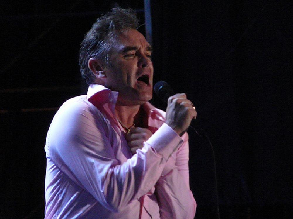 Morrissey laulaa.