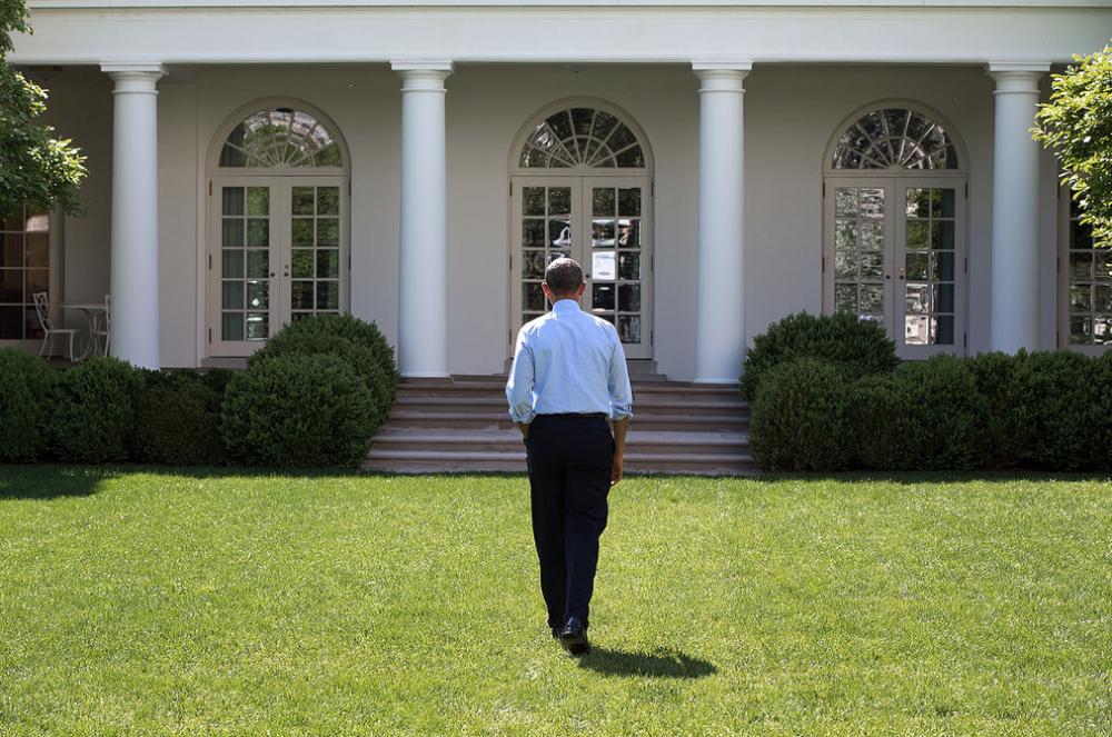 Obama Valkoisen talon nurmella.