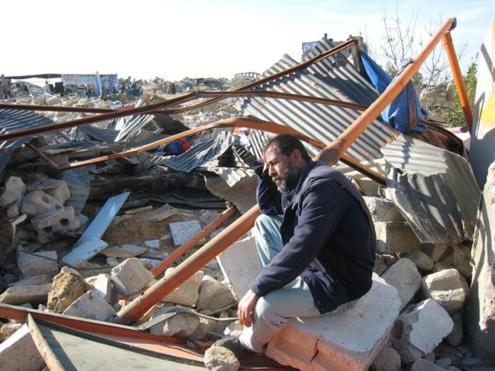 Palestiinalaismies sortuneen talon edustalla.