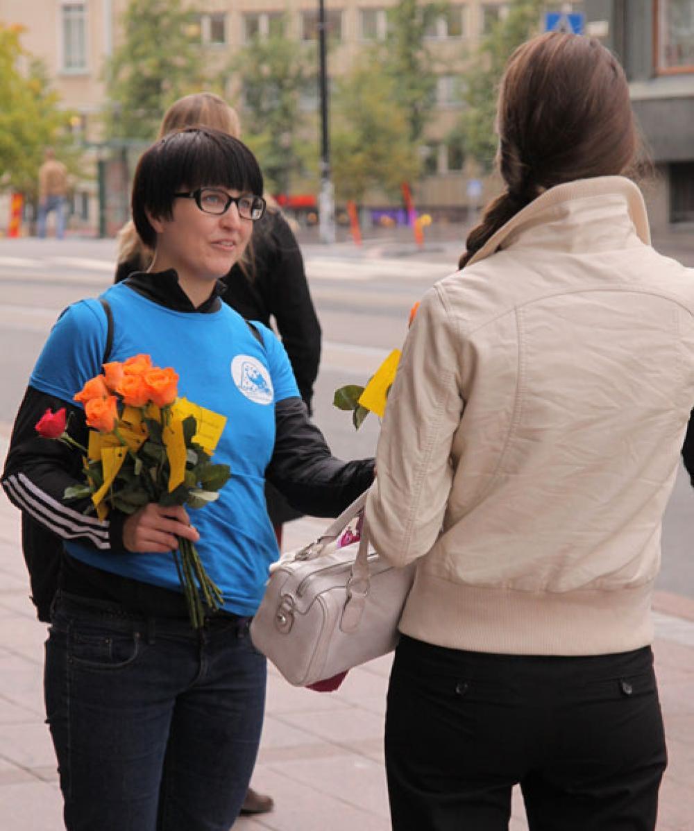 Ruusuja jaettiin Kampissa.