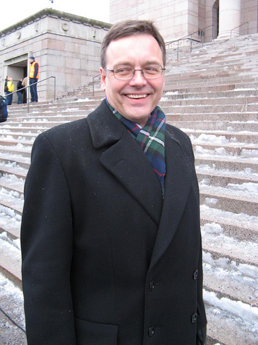 Mikael Storsjö Eduskuntatalon portailla.