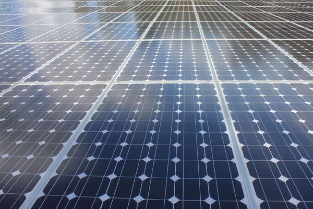 Aurinkopaneelia.