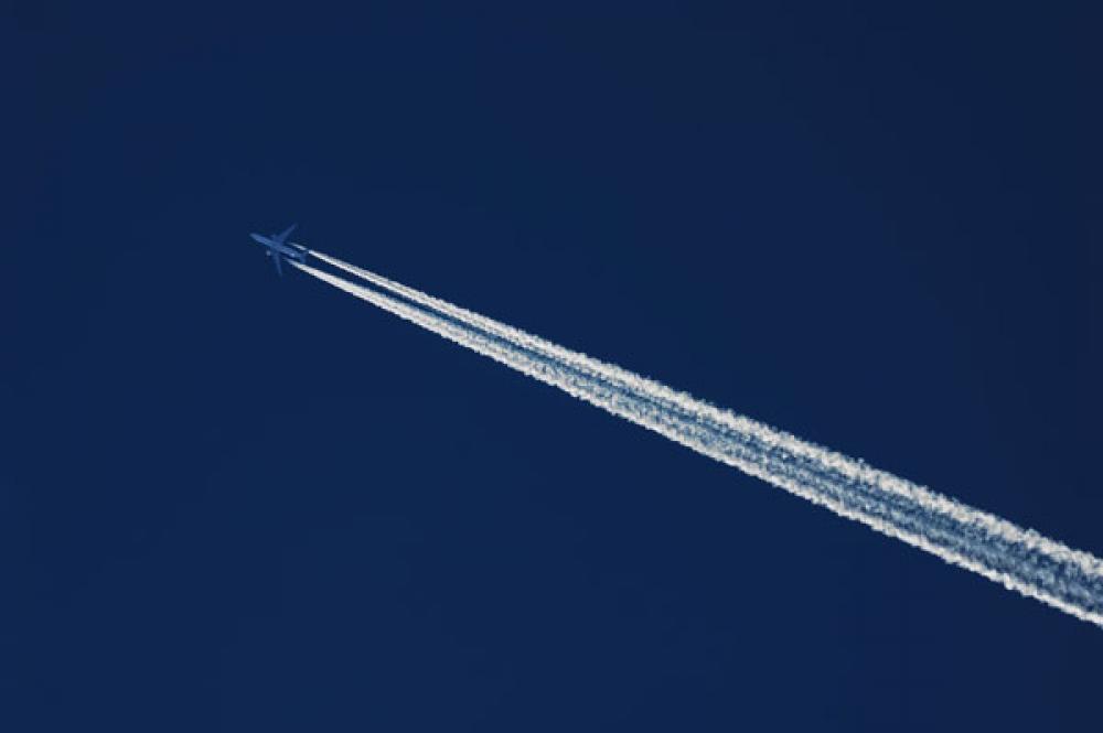 Lentokone lentää.