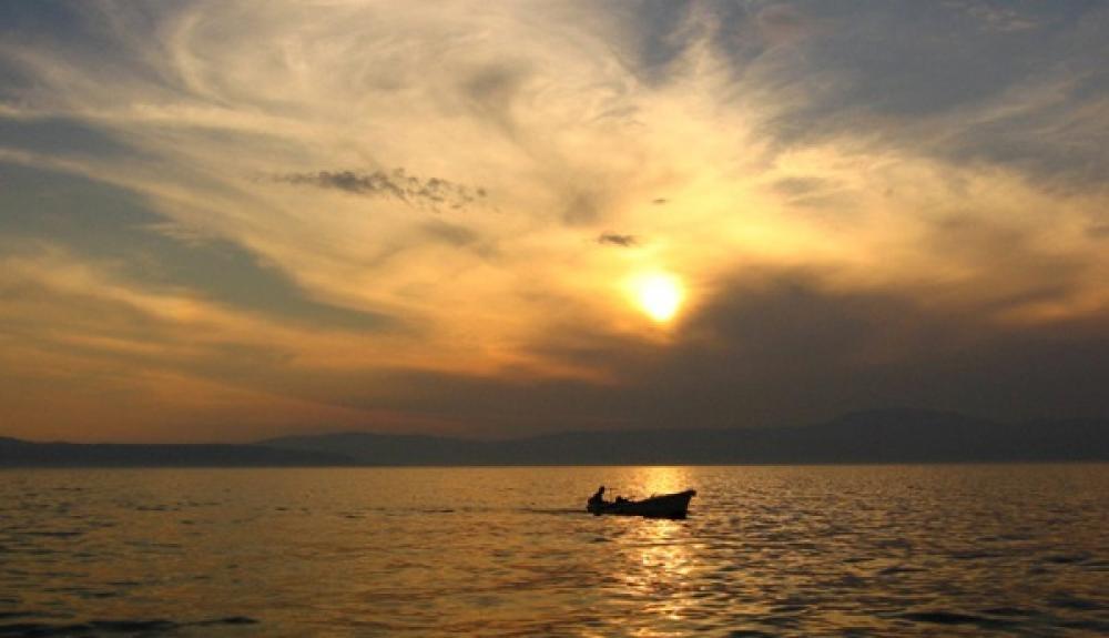 Aurinko laskee merellä.