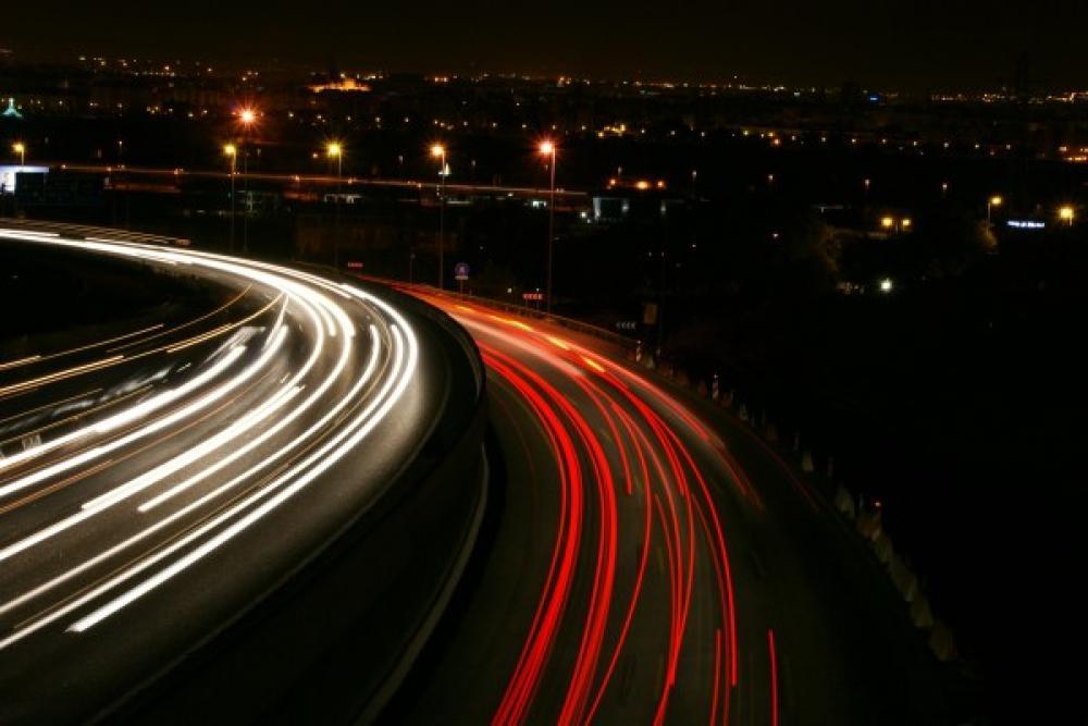 Autojen valoja yössä.