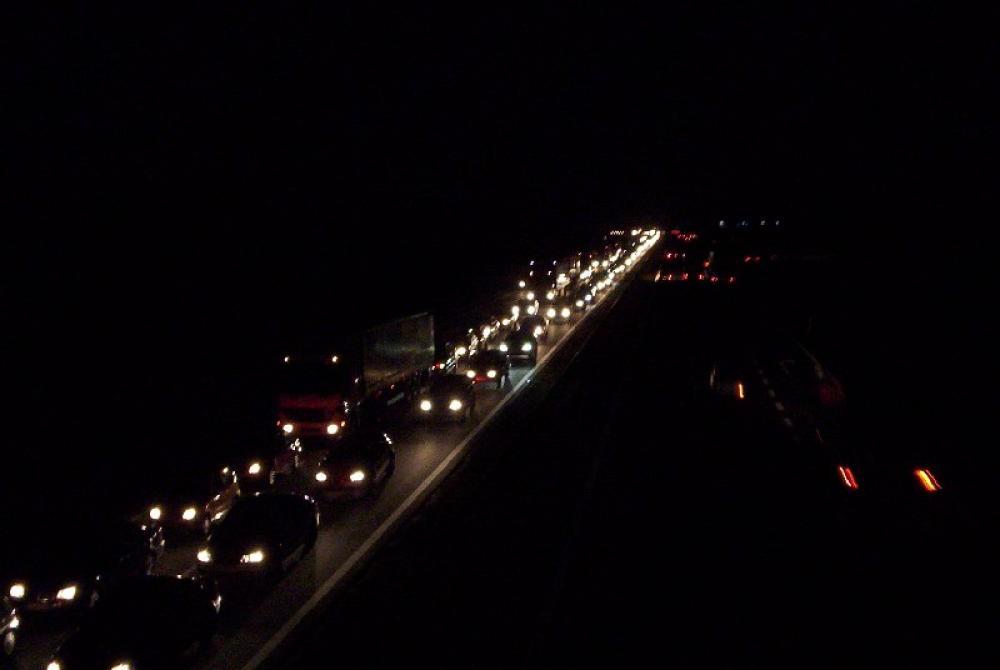 Autoja pimeässä.