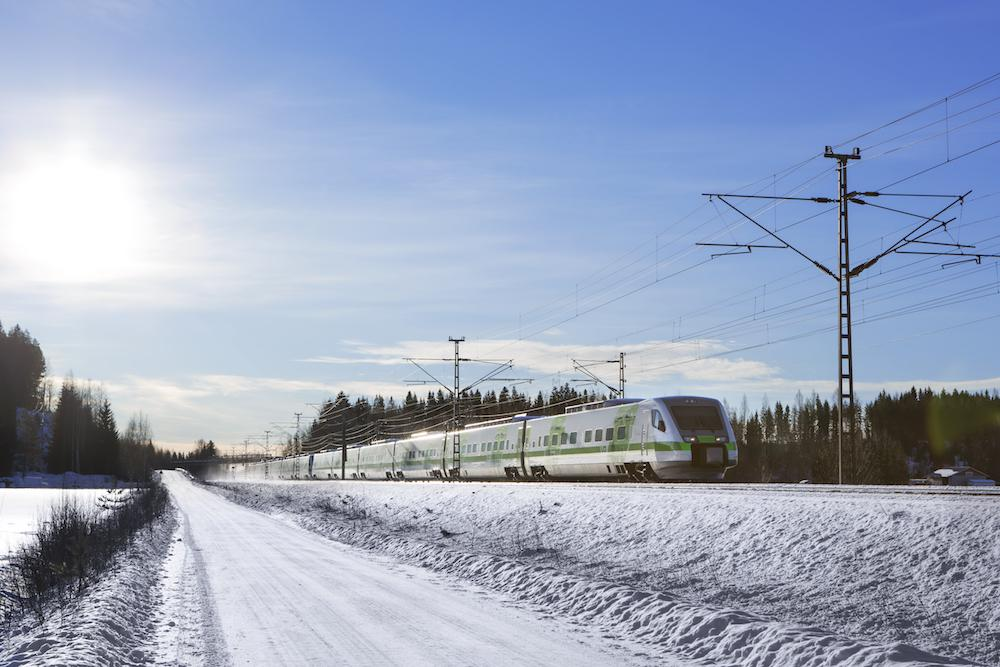 Juna kulkee halki lumisen maiseman