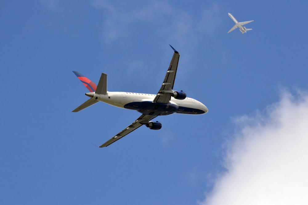 Kaksi lentokonetta taivaalla