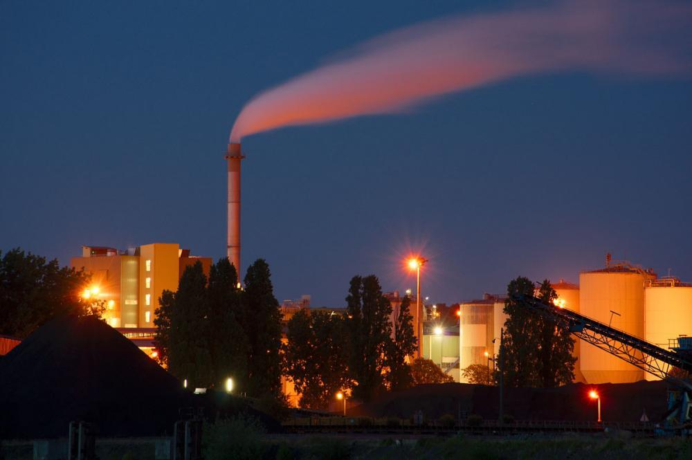Teollisuuspäästöjä yövalaistuksessa