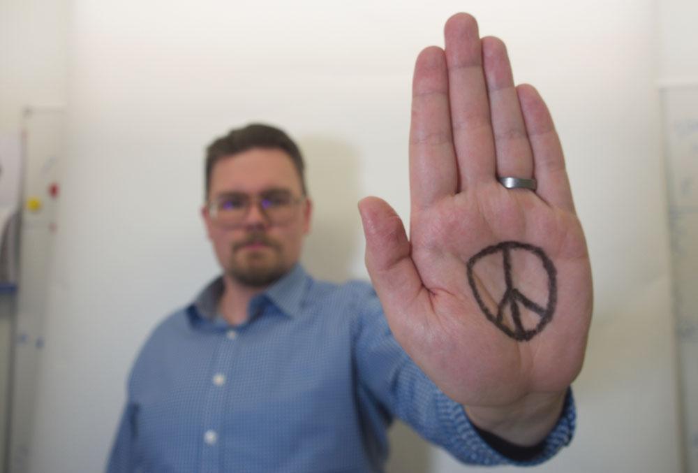 Rauhanmerkki kädessä