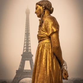 Patsas ja Eiffel-torni