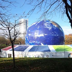 Ilmalla täytetty maapallo Rheinauen puistossa