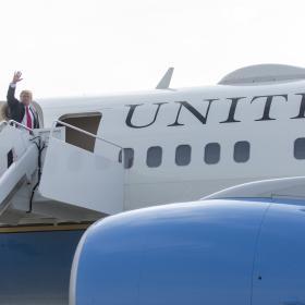 Donald Trump nousee lentokoneeseen