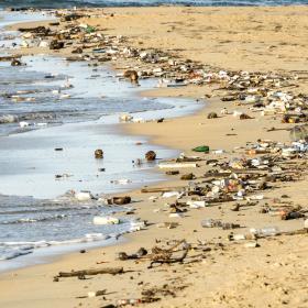 Muovia rannalla